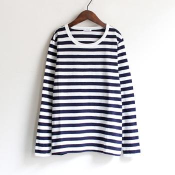 誰もが1枚は持っているボーダーTシャツ。色違いでも何枚でも揃えたくなる定番で着まわしやすく、重宝します。