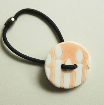 ボタン穴にゴムを通せばヘアゴムに。こんなお洒落なボタンで髪を飾ったら、気分も華やぎそうですね。