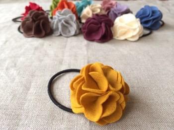 お好きなフェルトでふんわり可愛いお花のヘアゴムを作りましょう!