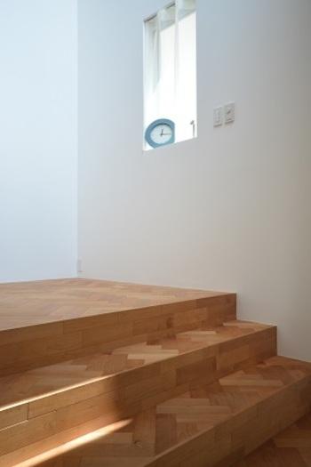 ヘリンボーンにするだけで階段もこんなにおしゃれに変身。