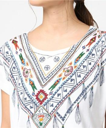 ペルーなど中南米の雰囲気のある刺繍が施されたオーガニックコットンTシャツ。遊び心溢れる1枚をファッションに取り入れてみては?