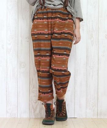 幾何学模様のストライプは民族衣装に多く見られるデザインです。思い切ってパンツに取り入れてしまっても可愛いかも!