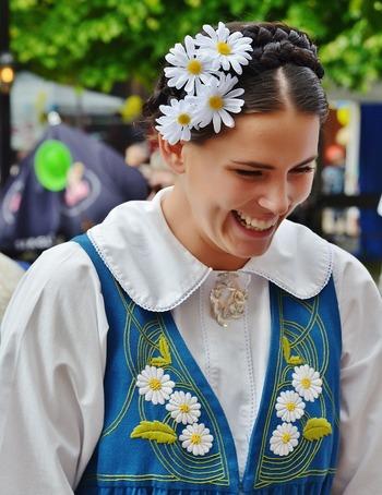 スウェーデンの民族衣装は白いブラウスにブルーのドレス、イエローのエプロンが基調となっています。国旗の色と同じですね。こちらはマーガレットが可憐にあしらわれています。