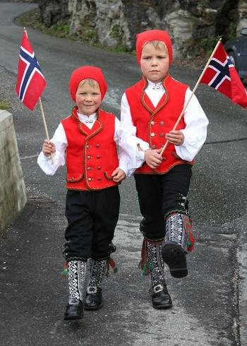 ノルウェーの民族衣装「プーナッド」。南部では黒、西部では赤や白、北部では青や緑という風にそれぞれ地域によってデザインが違うようです。