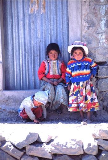 南米ペルーの山岳に暮らす子どもたち。エスニック調の柄同士の組み合わせは、伝統的な民族衣装の特性を汲んだもの。