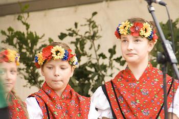 ウクライナでは独身女性は頭の上に花やリボンのヴェノクを被ることが風習です。