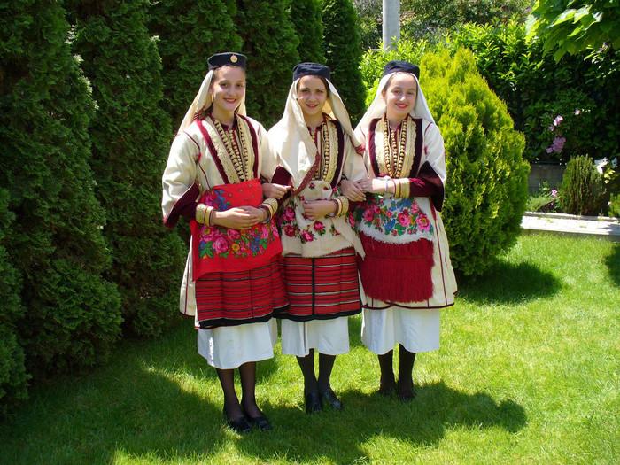 マケドニアの伝統的な民族衣装。花柄のエプロンや装飾品のついたブラウスが特徴的です。