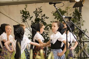 ドイツの民族衣装ディアンドルを着た女の子たち。まるでグリム童話に出てくる子どもたちのようで可愛らしいですね!