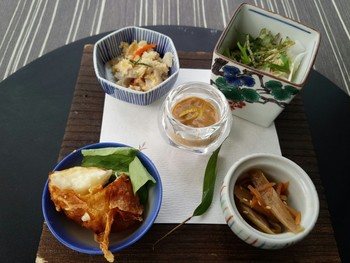 もっとリーズナブルに加賀料理を楽しむのなら〈週替り膳さいがわ〉がオススメ。 【画像は八寸。この他に主菜とデザートが付きます。】