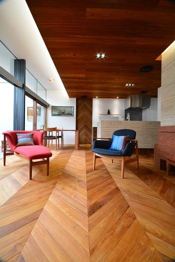 ヘリンボーンだけでなく「フレンチヘリンボーン」という張り方も人気!フレンチヘリンボーンは、45度にカットした木材を合わせた張り方で、張り合わせた部分が直線になるのが特徴です。