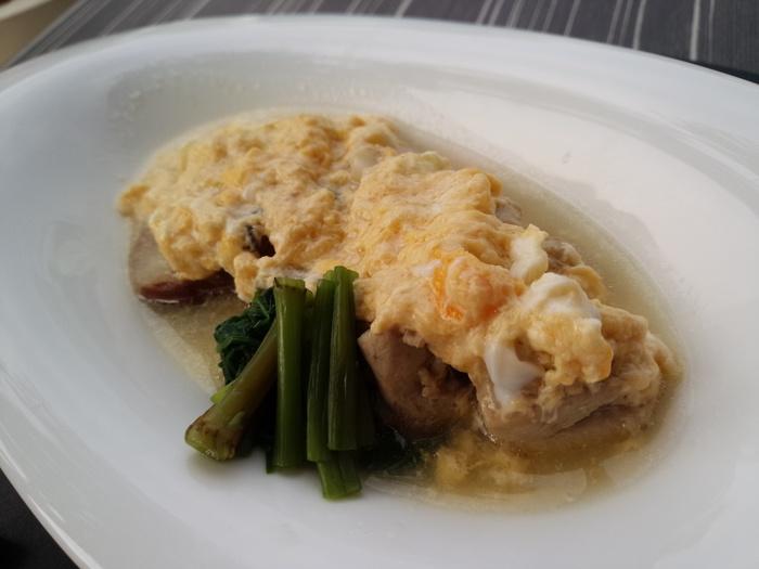 加賀ならではの華やかさを銀座ランチで味わいましょう。 【画像は〈週替り膳さいがわ〉の主菜、鶏の親子煮。】