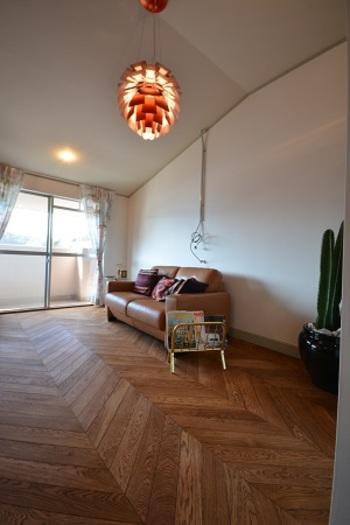 ヘリンボーンに比べて、カジュアルな雰囲気に。フローリングとソファの色合いがマッチして素敵ですね。