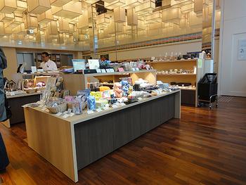カフェスペースがある2階の販売コーナー。この他にも1階・地下1階でもそれぞれ石川県の特産品が販売されています。