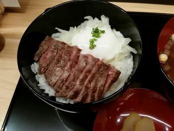 """B1Fのイートインでは、良心価格で加賀の美味が味わえます。《能登牛ステーキ丼》は、石川県の誇る""""能登牛(のとうし)""""を贅沢に使ったステーキ丼。能登の自然の中で育った牛は、肉質細かく、脂肪が良質。"""