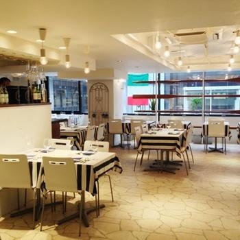 「メリプリンチメッサ」は、「TAU」の3Fにあるイタリアンバール。明るい店内は、陽が燦燦と輝く瀬戸内海のイメージ。