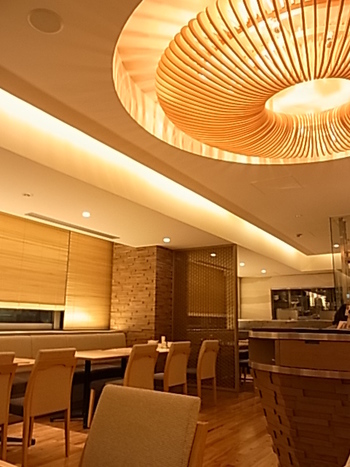 〈TOSA DINING おきゃく〉は「まるごと高知」の2F。新鮮な高知の食材を用いた料理や土佐の伝統料理が頂けるレストランです。