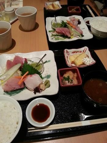 冒頭で紹介した《お刺身3種の盛り合わせ》。高知から直送される魚はどれも新鮮。小鉢やデザートも付いています。
