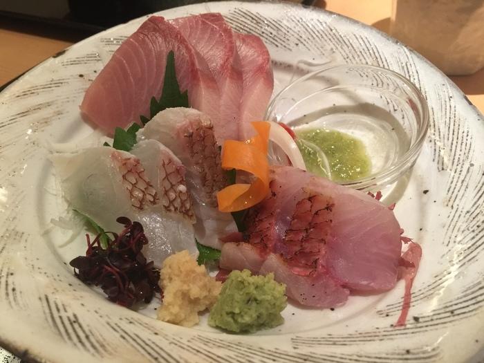 【画像は「まるごと高知」2F〈TOSA DINING おきゃく〉のランチメニュー《お刺身3種の盛り合わせ》。産地直送の魚介はとびっきり新鮮!】