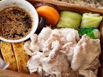 〈遊食豚彩いちにいさん〉の一番人気ランチは《かごしま黒豚の野菜蒸し》。サツマイモや芋焼酎の粕等を餌にして育った「かごしま黒豚」は、旨味抜群で脂肪も良質。上品な味わいです。《かごしま黒豚の野菜蒸し》はポン酢でサッパリと頂きます。
