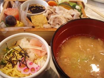 《黒豚の野菜蒸しセット》は、豚汁とちらし蒸し寿司付き。サッパリとした蒸し寿司とコクのある豚汁も鹿児島ならではの味わい。