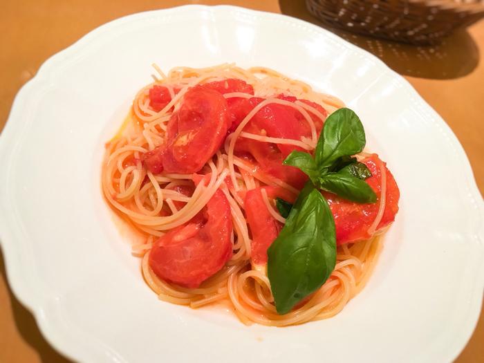 「井上農場さんの樹熟トマトとバジルのスパゲッティーニ」。井上農場さんの野菜を使ったパスタは、本店「アル・ケッチァーノ」でも人気メニューです。