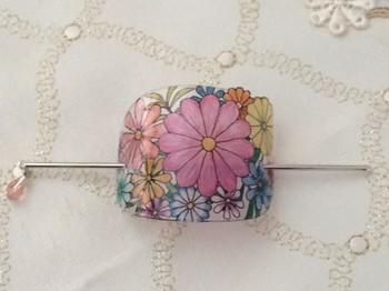 さっとまとめたポニーテールもマジェステでぐっとオシャレに。透明のプラ板に色鉛筆で描かれた花が優しい雰囲気ですね。