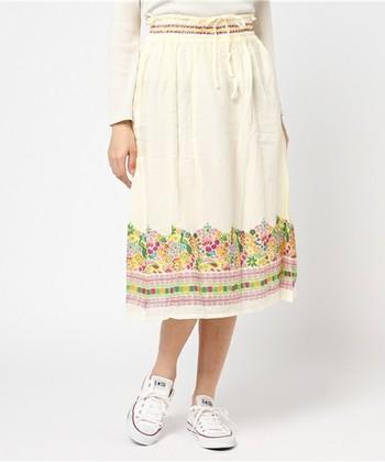 パステルな花柄とチロリアンテープ柄がとてもガーリーなアンティグアスカート。南国諸島のトロピカルな民族衣装を身につけているようです。