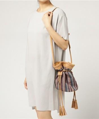 小さめでコロンとした形状が可愛らしい巾着ショルダー。フォークロア調の柄がポイントです。