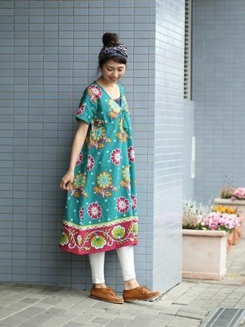 アフリカの女性に愛されている布「カンガ」のテキスタイルをモチーフにしたワンピース。ビビットなカラーと大胆な花柄がとても素敵です!