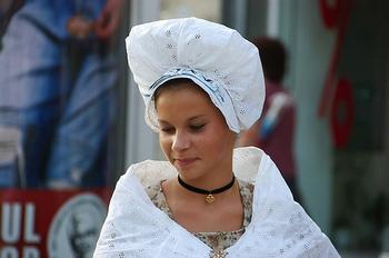 ブルターニュ地方のコアフは村によっても形が異なります。共通しているのは純白であること。それはカトリック信仰の表れでもあったようです。