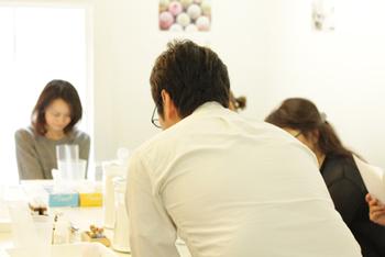"""日頃は、兵庫県・芦屋にあるラボラトリーで、丁寧な石けん作りをされている田中さん。 そのやわらかな物腰と楽しいおしゃべりができるのも、日曜日限定。 まさに""""会いに行ける開発者""""。 作り手が店主もしているなんて、なかなかないですよね!"""