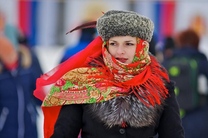ロシアの民族衣装はサラファンという赤いジャンパースカートが特徴です。こちらはそのテキスタイルを彷彿とさせるスカーフ。コサック帽もキュートですね。