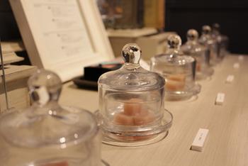 """水入り石けんにおいて""""香り""""はとっても大切な要素。 ぜひ、その場でお試しくださいね。 店内にふんわり漂うフレーバーにうっとりすることでしょう♪"""