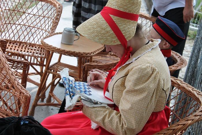 ポーランドの伝統刺繍をする女性。