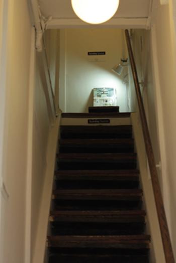 まるで隠れ家に向かうような階段を登っているうちに、石けんを使用したディスプレイなどが目にとまります。