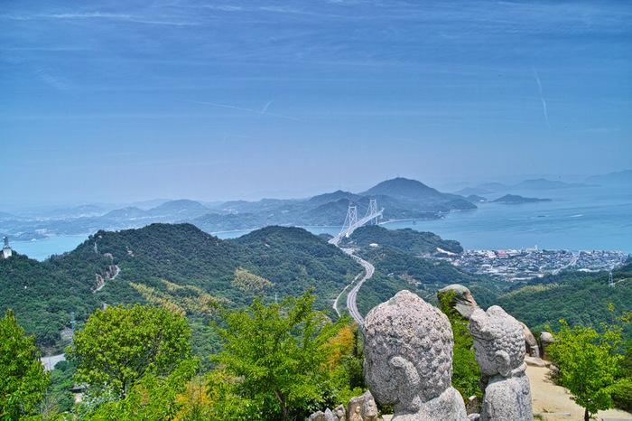 因島で最高のビュースポット「白滝山」。山頂付近には、五百羅漢の石仏が点在しています。春は桜、秋は紅葉の名所。
