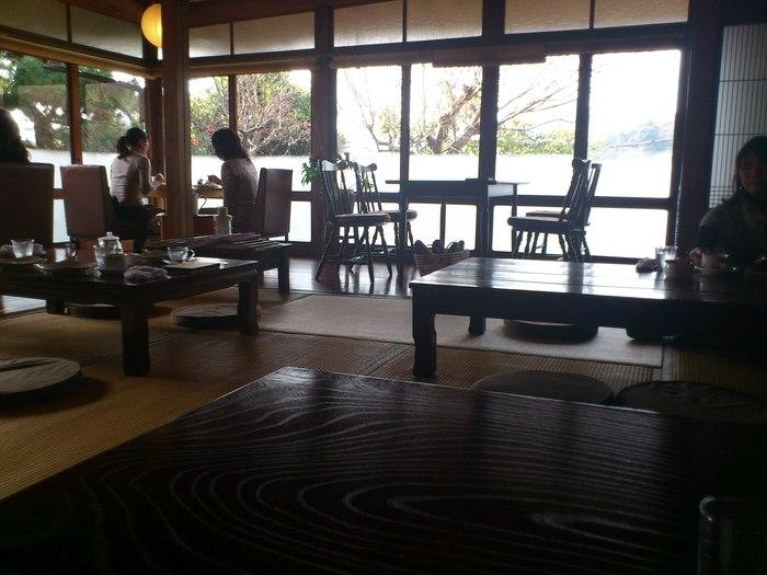 「cafe夢ぅ」は、因島の隠れ家的カフェ。 古民家を改装した店内は、板の間と座敷。戸外の緑も多く、落ち着いた雰囲気です。