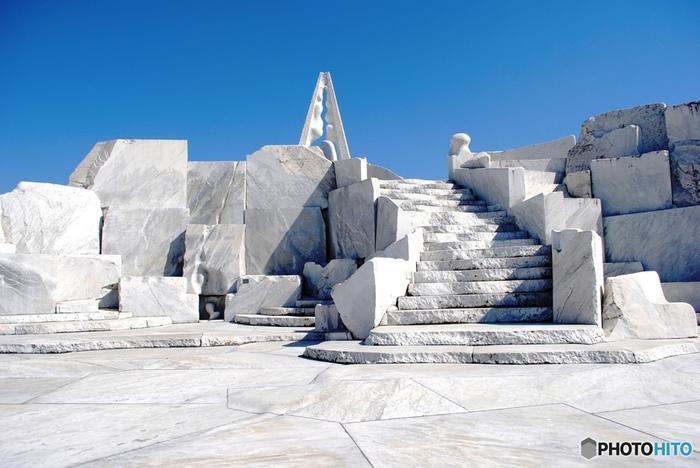 「耕三寺」で見逃せないのは、現代美術の大理石庭園「未来心の丘」。丘全体が、彫刻家・杭谷一東による作品になっています。