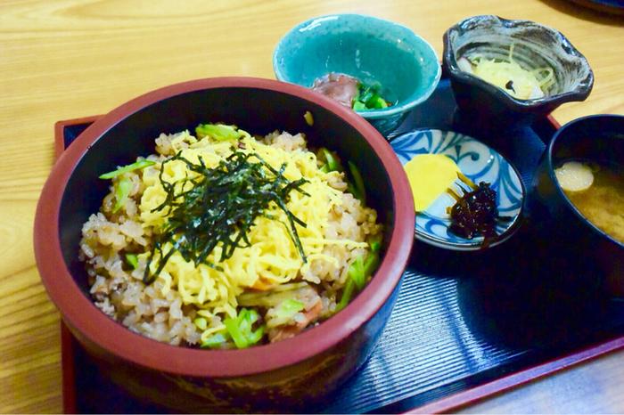 ◆お食事処ちどり◇  「蛸飯(たこめし)」は、生口島・瀬戸田の名物料理。「お食事処ちどり」では、地蛸を使った料理の他、瀬戸田のレモンを使ったご当地鍋「レモン鍋」も人気です。