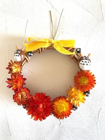 明るいオレンジを基調としたリースに、どんぐりで作ったトトロを飾って。お花の陰からは、まっくろくろすけもこちらの様子をうかがっています。