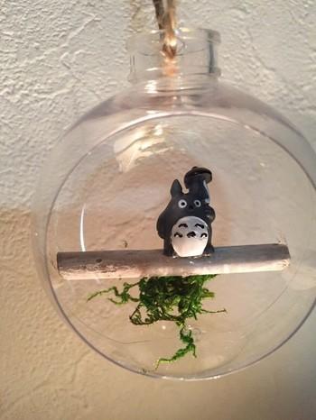 小さな小枝の上にちょこんとのったトトロが可愛い、吊るして飾るインテリア。これくらいさりげない飾りだと、どんなお部屋にも馴染んでくれそうですね。
