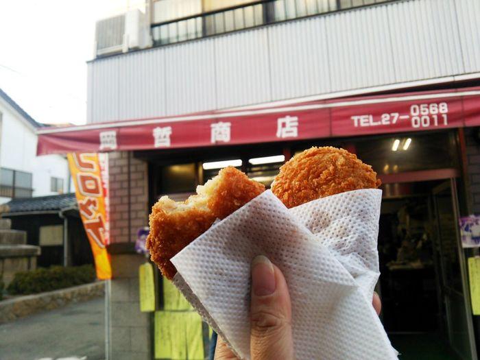 「岡哲商店」もサイクリストの人気店。  岡哲商店は、精肉店に併設された揚げ物専門店。サクッとしてしっとりした甘味のあるコロッケが人気です。