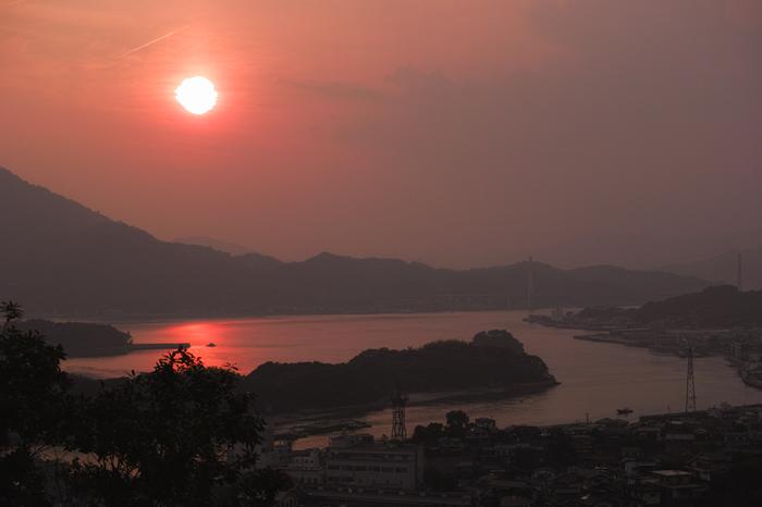 島の夕景も情緒豊か。 【画像は、因島の夕日。】