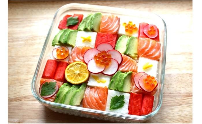 材料は、カニカマ、サーモン、アボカド、ラディッシュ、大根の塩麹漬け、いくらなど。形を自由に変えられる食材を使うのがポイントだそう!  詳しくは、下記のレシピから。↓↓↓