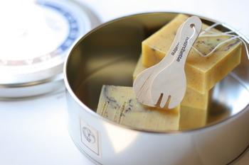 チェストの衣服の上に置くだけ。ハーブの香りを染みこませるだけで良いので、手作りのハーブ石けんなども使えます。