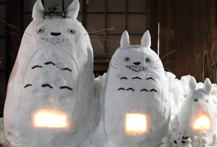 仲良く並ぶ、雪でできたトトロたち。普通の雪だるまもいいけれど、今度は家族でトトロを作ってみては?