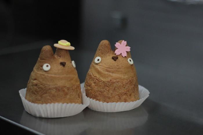 こちらのトトロのシュークリームを作っているのは、東京世田谷区にお店を構える「白鬚のシュークリーム工房」。中のクリームは定番のカスタード、チョコレートの他、季節限定の味もあるのだとか!自分用にも、おみやげにも大人気です。