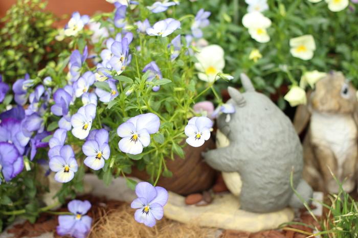 短い手で一生懸命にお花を支えるトトロが愛らしい、ガーデンプランター。これなら、お花の水やりも楽しくなりそう!