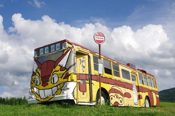北海道では猫バスに乗れる場所があるのをご存知でしたか??「戸外炉峠」と書いて「トトロ峠」と読む場所です。フカフカの毛並みではありませんが、大自然の中このバスが走ってきたら無条件にワクワクしてしまいそう♪