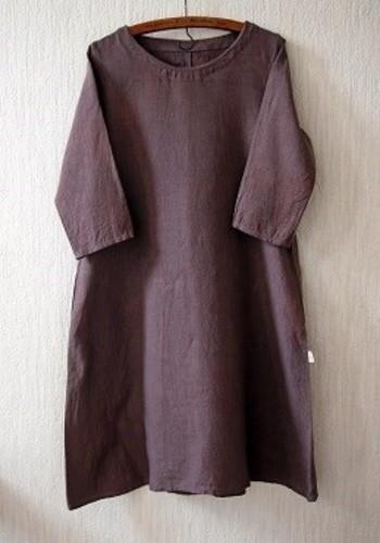 肩から裾に向かって広がっていく女性らしいワンピース。袖の具合や襟元のデザインでちょっぴりガーリーにも、大人っぽくも演出できます。シンプルで潔いデザインは、上品な着こなしにぴったりなのでおすすめ☆自分なりの定番として長く使えるアイテムに。